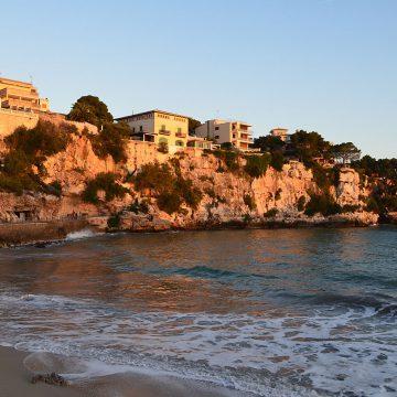 Steilküste am Strand von Porto Cristo Mallorca